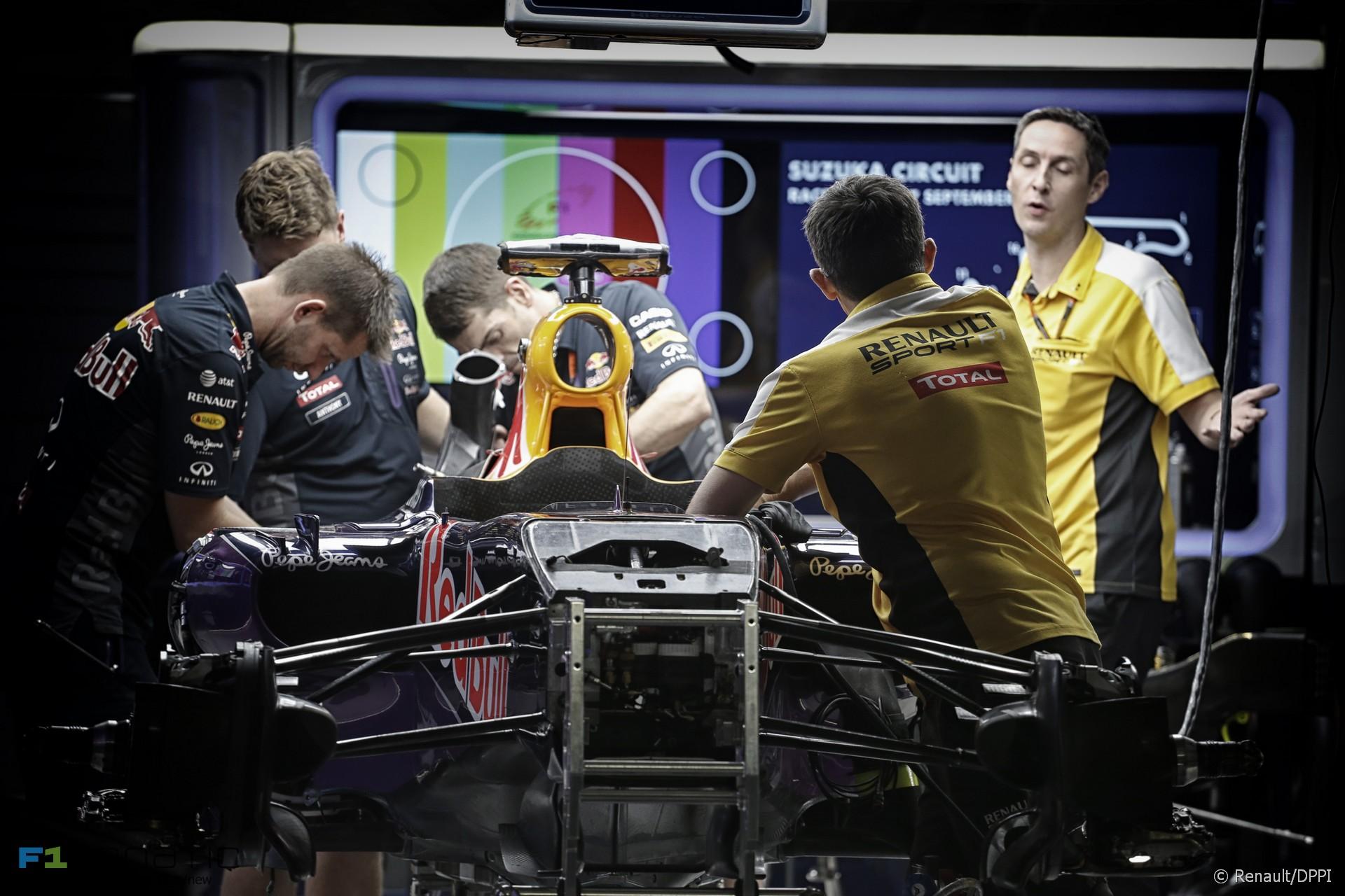 Red Bull and Renault mechanics, Suzuka, 2015