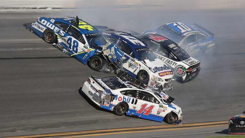 Chaotic Daytona 500 decided by last-lap pass
